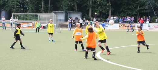Spiel um Platz 5 beim Turnier in Kupferdreh: TuS F1 gegen TuS F2 (Foto: m.d.).