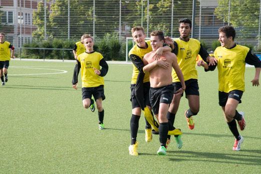 Torjubel mit anschließender Gelber Karte: TuS A-Jugend im Spiel gegen den SC Phönix (Foto: r.f.).