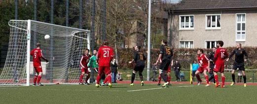 Erste Mannschaft am Fibelweg, oben der Siegtreffer in der Schlussminute, unten l. Jubel nach dem 2:1. - Fotos: mast.