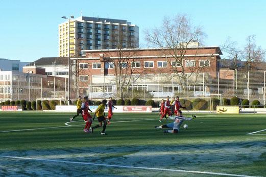 Vor dem 2:1 Führungstreffer, TuS Vierte Mannschaft im Spiel gegen Rot-Weiss Essen 2. - Fotos: mal.