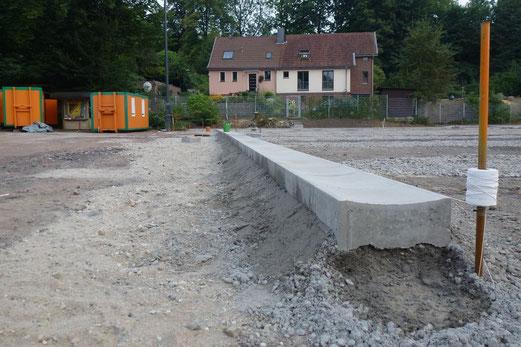 21.08.2012: Randsteine mit Bindfaden (Foto: mal).