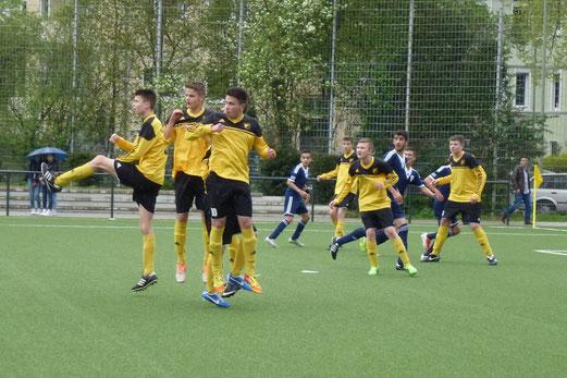 Abwehrmauer: TuS B-Jugend im Heimspiel gegen DJK SG Altenessen. - (Foto: mal).