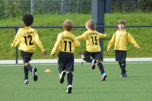 Torjubel der TuS F2-Jugend im Spiel gegen Eintracht Borbeck 2 an der Pelmanstraße (Foto: mal).