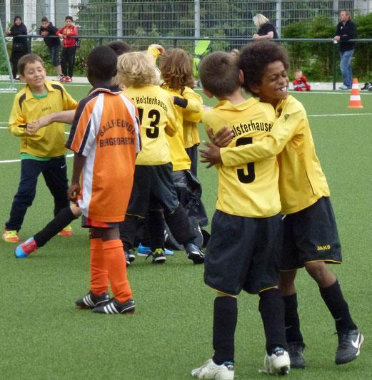 Hauptdarsteller III: TuS F2-Jugend nach dem gewonnenen Endspiel (Foto: mal).