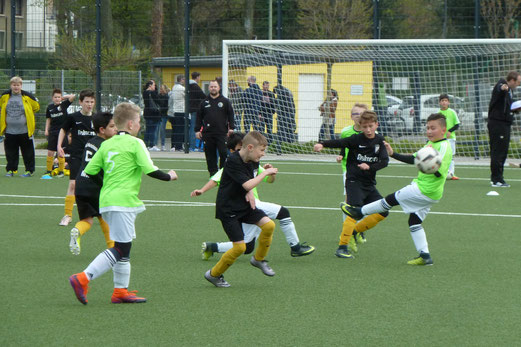 TuS E1-Jugend im Spiel gegen den FC Karnap. - Fotos: mal (1-3,8), pad (4-7).