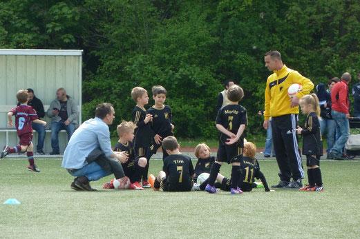 Bambini Spieletreff am Schetters Busch: Bambini 2 gegen Vogelheim, Bambini 1 gegen SG Altenessen, Bambini 2 gegen FC Saloniki, Bambini 1 gegen SG Schönebeck. - Fotos: mal.
