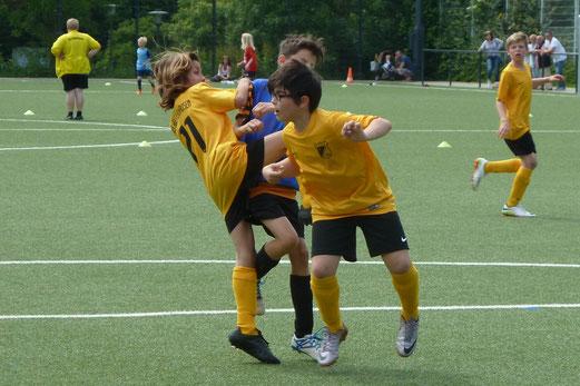 TuS E1 gegen SG Kupferdreh-Byfang (5:0) und im Finale gegen ETB U10 (2:1), Spieler SG Schönebeck. - Fotos: mal.