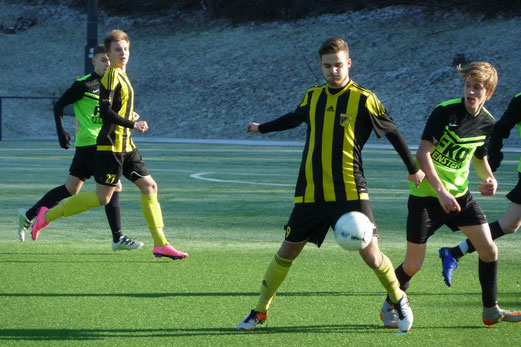 TuS A-Jugend im Auswärtsspiel am Stoppenberger Hallo. - Fotos: mal (1-2, 7-12), abo (3-6).