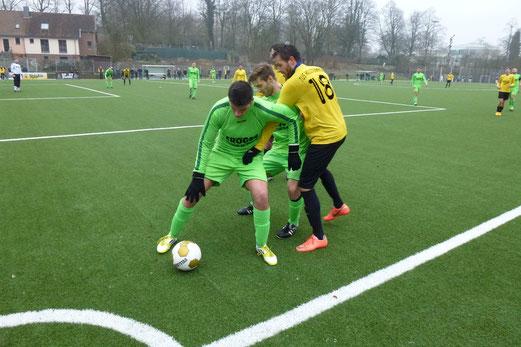 Verbissene letzte Spielminuten: 1. Mannschaft im Spiel gegen Adler Frintrop. (Foto: mal).