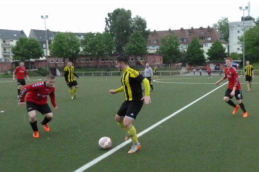 TuS A-Jugend im Auswärtsspiel bei TuS Essen-West 81. - Fotos: mal.