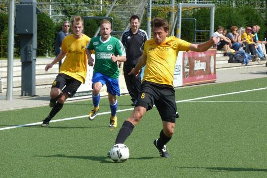 TuS Zweite Mannschaft im Spiel gegen die Zweite von DJK Sportfreunde Katernberg. - Fotos: mal.
