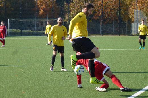 TuS Dritte Mannschaft im Spiel gegen SC Türkiyemspor II. - Fotos: mal.