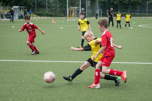 TuS E2a-Jugend im Spiel gegen FSV Kettwig E2 (1:0), TuS E2b gegen SV Heißen E2 (1:1). - Fotos: r.f.