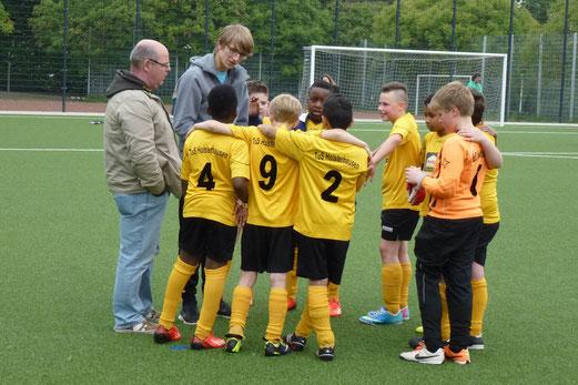 Gute Frühjahrsrunde gespielt: TuS E2-Jugend mit ihren Trainern. - (Foto: mal).