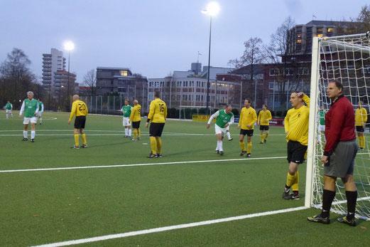 TuS Alte Herren 1 im Spiel gegen den PSV Oberhausen an der Pelmanstraße. - Foto: mal.