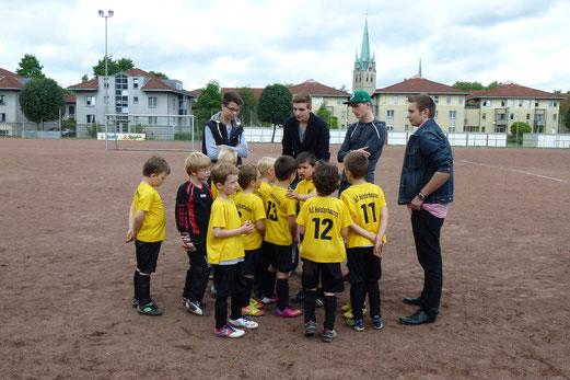 Mannschaft und Trainer der TuS Bambini 1 an der Levinstraße (Foto: mal).