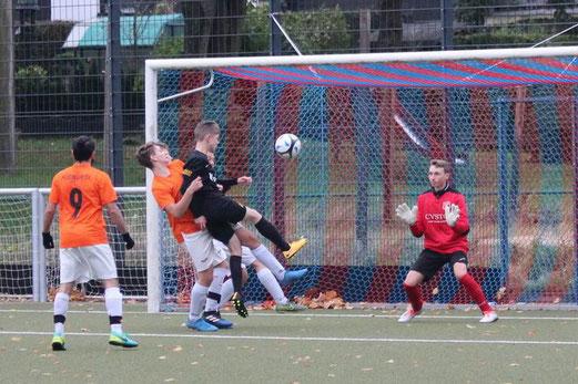 TuS A-Jugend im Spiel beim Heisinger SV. - Fotos: abo.