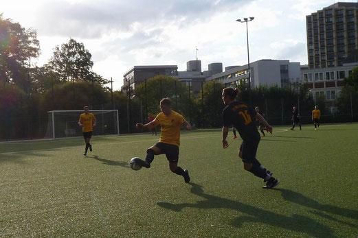 Trainingsspiel TuS Zweite gegen Dritte Mannschaft. - Fotos: mal. - Fotos oben, Erste beim Preußen-Cup. - Fotos: sath.