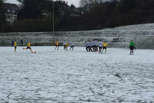Winterlich: Zweite Mannschaft im Wilhelm-Haneke-Stadion am Hinsbecker Berg. - Foto: maxk.