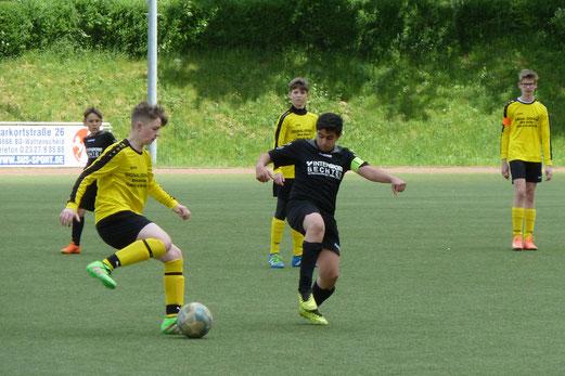 TuS D1-Jugend im Auftaktspiel des Pfingstturniers in Höntrop gegen den VfB Bottrop. - Fotos: mal.
