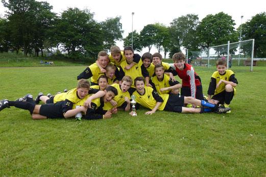 TuS C1 gewann im Elfmeterschießen den Ecke Schüller Cup des SV Bedburg-Hau (Foto: mal).