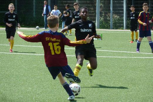 TuS E1-Jugend im Testspiel gegen die E2 des SV Heißen. - Fotos: mal.