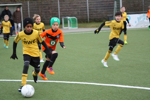 TuS E2-Jugend am Montagabend im Spiel gegen die E4 der SG Schönebeck. - Foto: o.k.