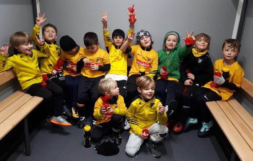 TuS Bambini 1 nach Spielschluss in MH-Heißen, vorweihnachtlich gestimmt. - Fotos: anka.