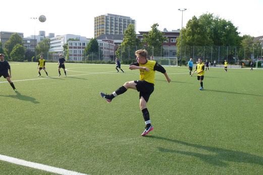 TuS A-Jugend im Mittwochabendspiel gegen Fortuna Bredeney an der Pelmanstraße (Foto: mal).