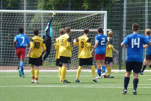 TuS Keeper Frederik Karbenn lenkt den Ball über die Latte: B-Jgd. Test gegen den Heisinger SV (Foto: mal).