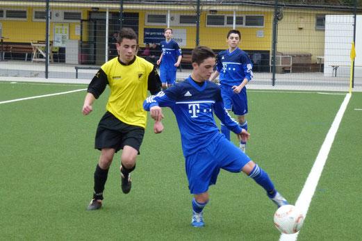 Doppeltorschütze Burak Karabulut im Spiel der TuS B-Jugend an der Pelmanstraße (Foto: mal).