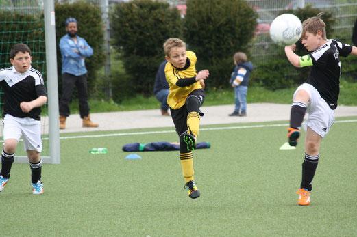 TuS E2-Jugend im Heimspiel gegen die E2 von TuS Helene. - Fotos: o.k. (1-3), mal (4-5).