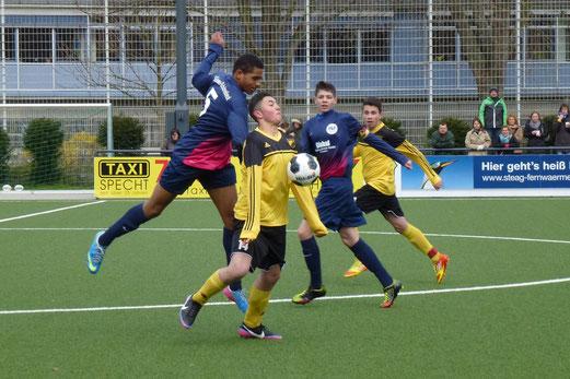 Deniz Osmani (am Ball) erzielte das 1:0 für die B-Jugend gegen Tabellenführer SG Schönebeck. (Foto: mal).