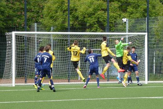 Eine von zahlreichen Ecken: TuS B-Jugend im Spiel gegen VfB Frohnhausen. - (Foto: mal).