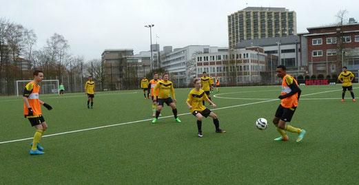 TuS A-Jugend, mit orangenen Leibchen, im Heimspiel gegen den FC Karnap. - Fotos: mal.