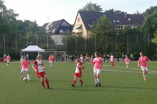 TuS U13 Juniorinnen im Spiel gegen SC Werden-Heidhausen. - Fotos: mal (1-3), r.f. (4-5)..