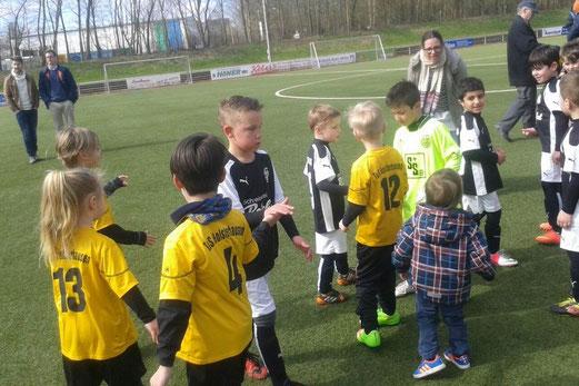 Nach dem Abpfiff: TuS Bambini 1 nach dem Freundschaftsspiel bei der SG Wattenscheid 09. - Foto: diba.