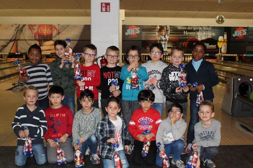 Weihnachtsfeier der TuS F3-Jugend im Joe´s Bowling. - Fotos: taki.