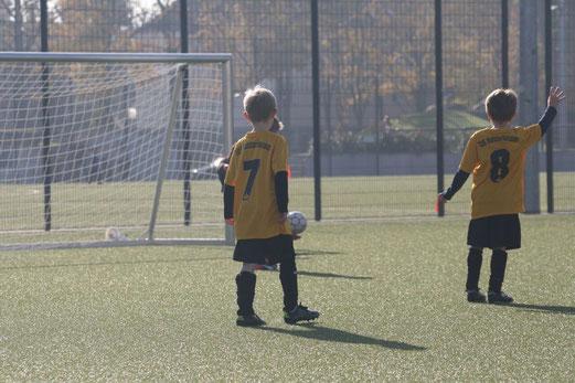 TuS F2-Jugend im Auswärtsspiel bei der F2 des FC Saloniki-EFV. - Fotos: mage.