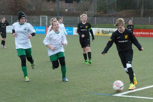 TuS U13-Juniorinnen im Spiel gegen SpVgg. Schonnebeck. - Fotos: mal.