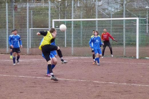 Lukas Gruhs beim Versuch von der Strafraumgrenze: B1 gegen VfB Frohnhausen 2, Endstand 7:1. (Foto: mal)