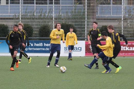 TuS B2-Jugend im Heimspiel gegen die B1 von Sportfreunde Katernberg. - Foto: abo.