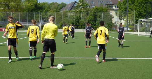 Wespenstich und Freistoß: TuS C-Jugend im Heimspiel gegen den FC Stoppenberg. - (Foto: mal).