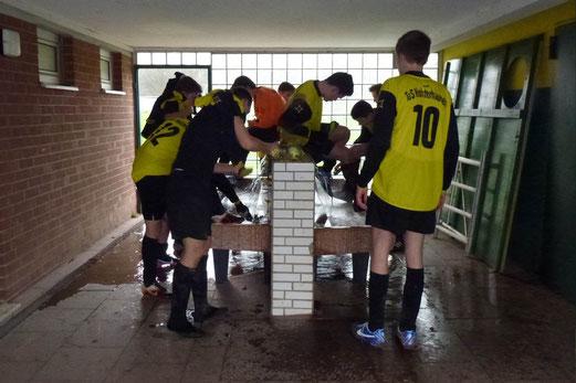 Inzwischen ein eher ungewohntes Bild: Schuhreinigung nach dem Spiel. B1 an der Lohwiese (Foto: mal).