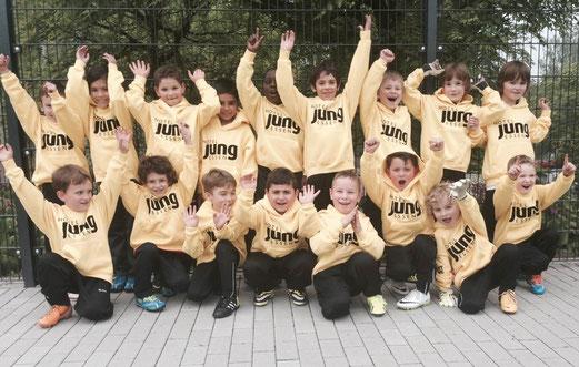 F2-Jugend mit neuem Sponsor für ihre Trainingsanzüge. - (Foto: c.k.).