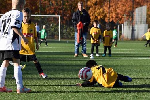 TuS Bambini 3 im Spiel gegen die G2 von Adler Union Frintrop. - Fotos: a.s.