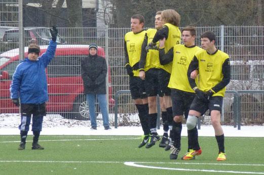 Mauer beim Freistoß der Gäste: TuS A-Jugend im Heimspiel gegen SuS Haarzopf. (Foto: mal).