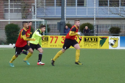 Ein hartes Stück Arbeit: TuS B-Jugend im Heimspiel gegen den Vogelheimer SV. - (Foto: mal).