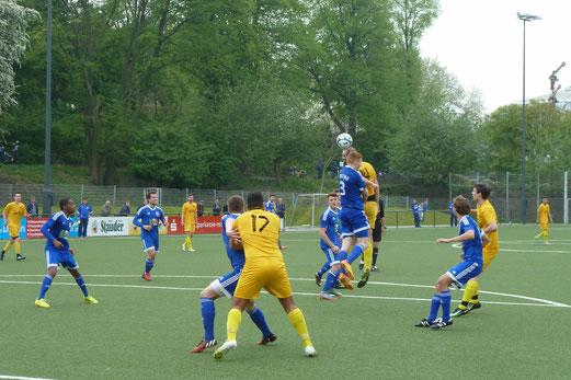 TuS Erste Mannschaft im Spiel gegen Blau-Weiß Mintard. - Fotos: mal (1), ings (2-5).