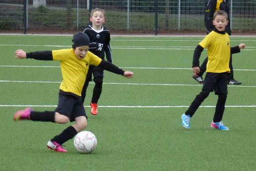 TuS F2-Jugend im Heimspiel gegen die F2 des SC Phönix. - (Foto: mal).